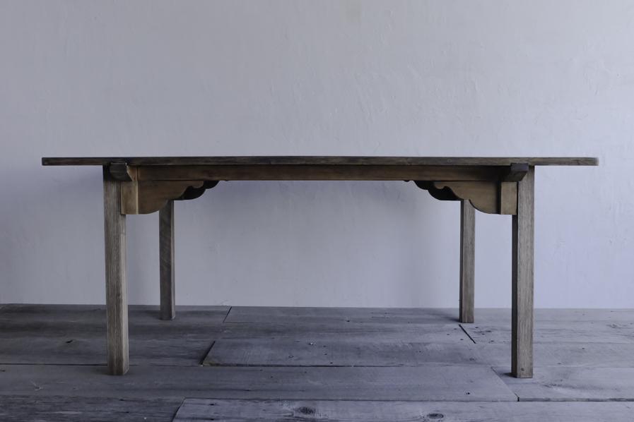 アンティークの大きなダイニングテーブル