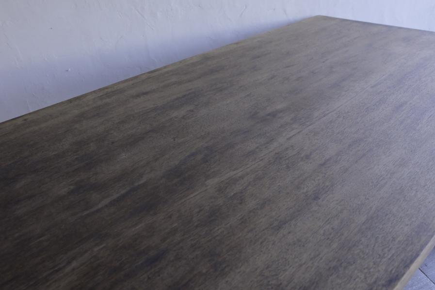 アンティークのラワン材のダイニングテーブル