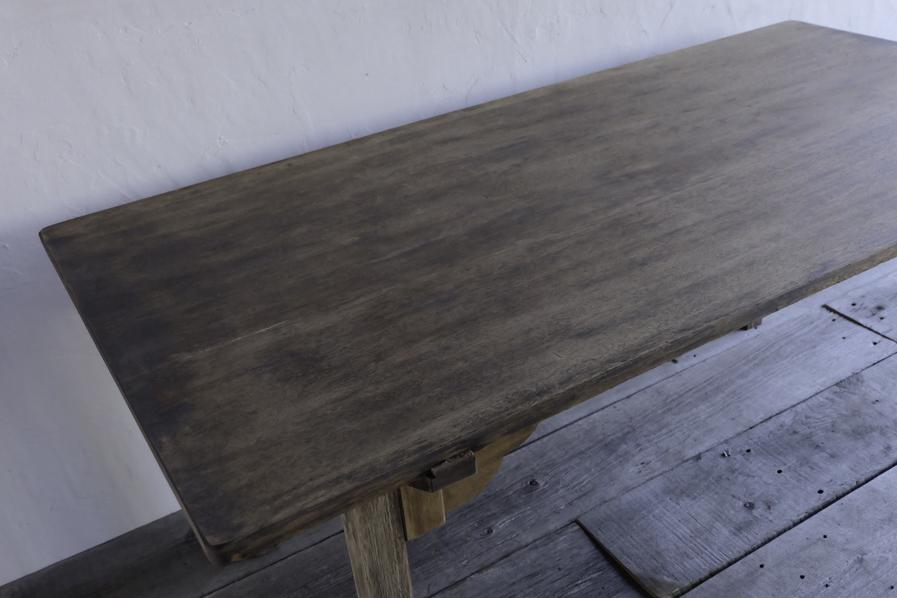 アンティークのブラウンのダイニングテーブル