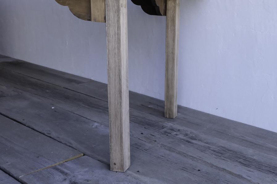 アンティークの角脚のダイニングテーブル