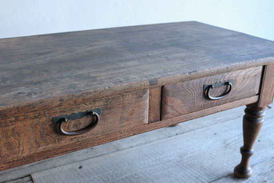 銅の引き手の付いたろくろ脚のコーヒーテーブル