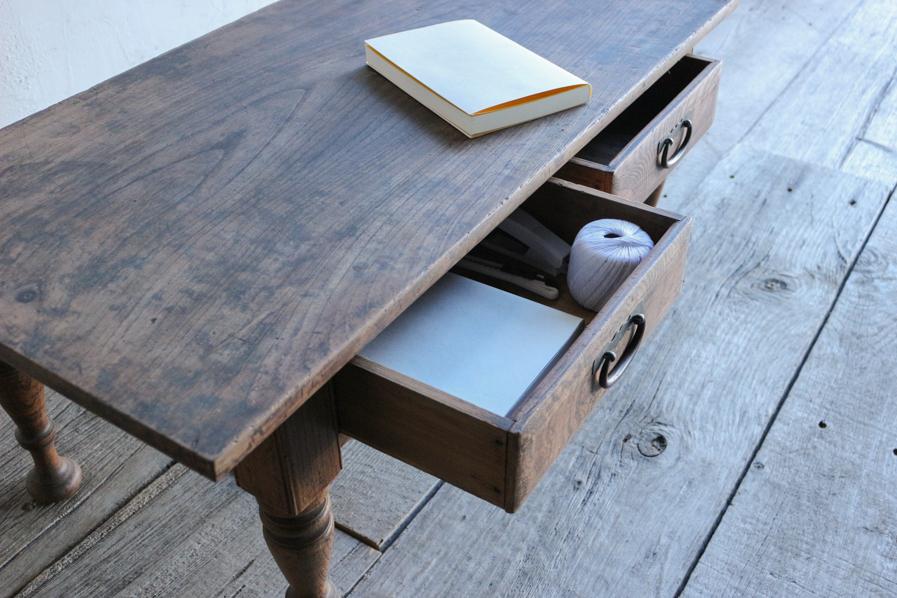 日本のアンティークの引き出しの付いたろくろ脚のコーヒーテーブル