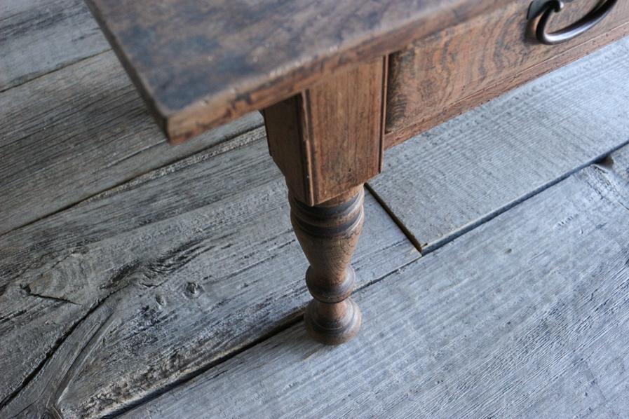 日本の古家具の繊細なろくろ脚のコーヒーテーブル