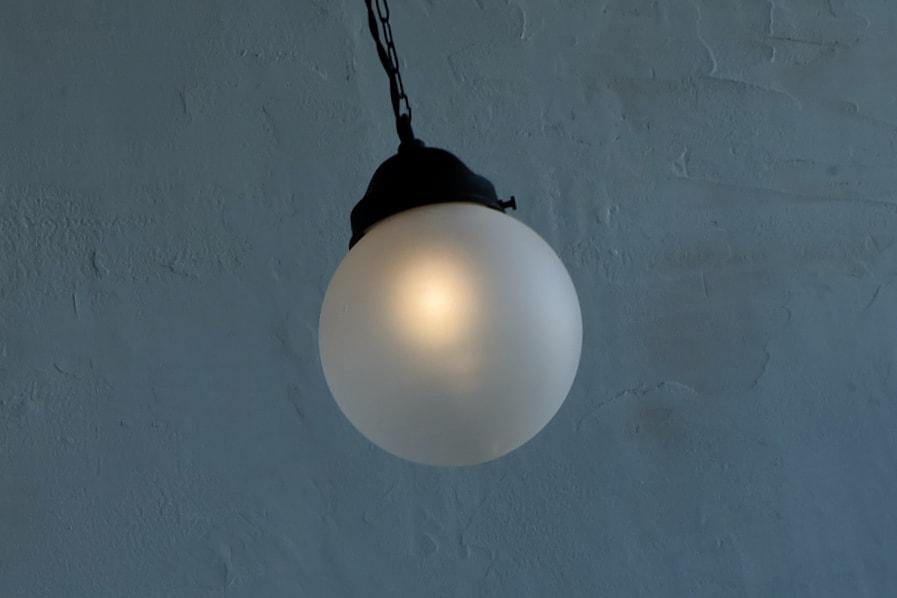 日本の古道具風のペンダント型のすりガラスの照明