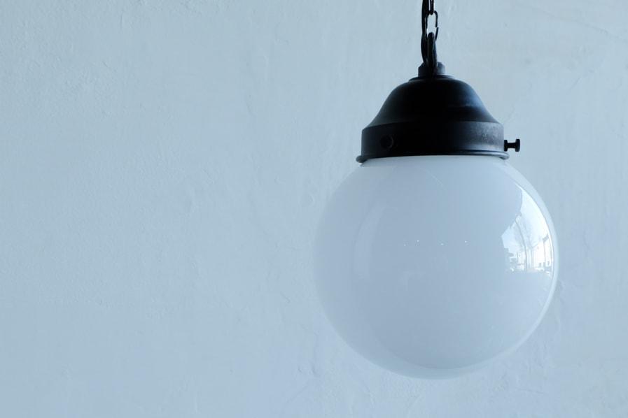 日本のアンティーク調の丸い乳白の照明