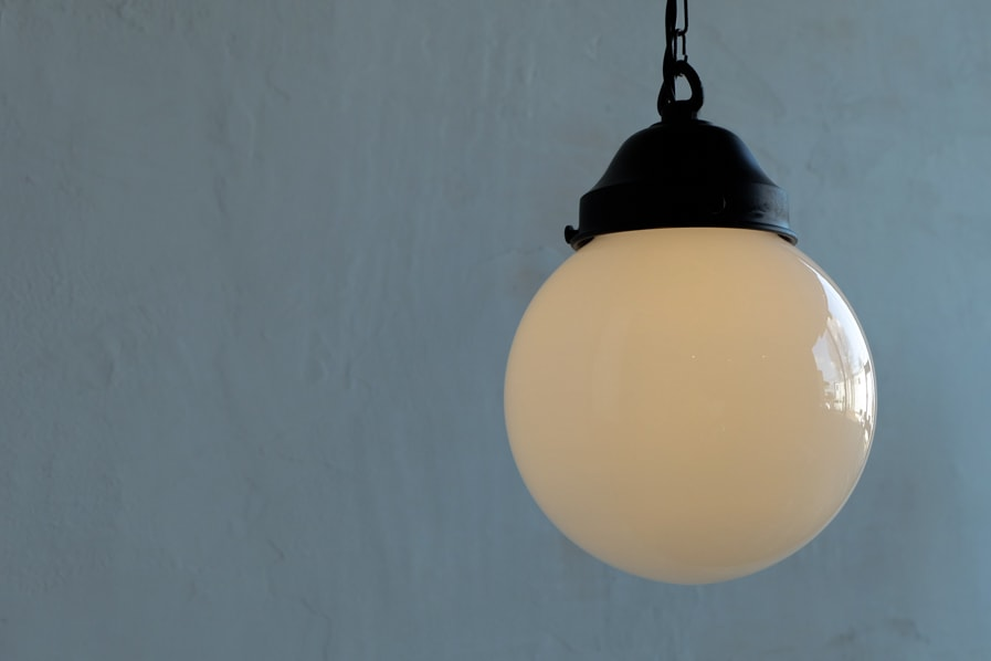 日本のアンティーク調のペンダント型の乳白の照明