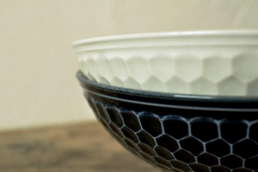 阿部春弥さんの瑠璃・白磁しのぎ亀甲7寸鉢