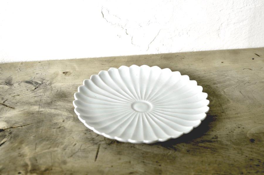 阿部春弥さんの白磁菊花6寸皿