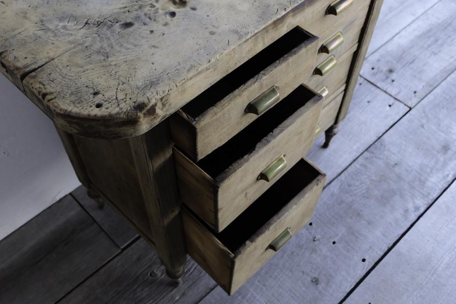 アンティークの引き出しの多いコンソールテーブル