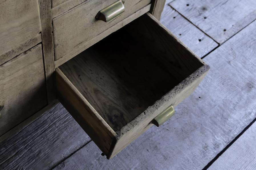 アンティークの収納力のあるコンソールテーブル