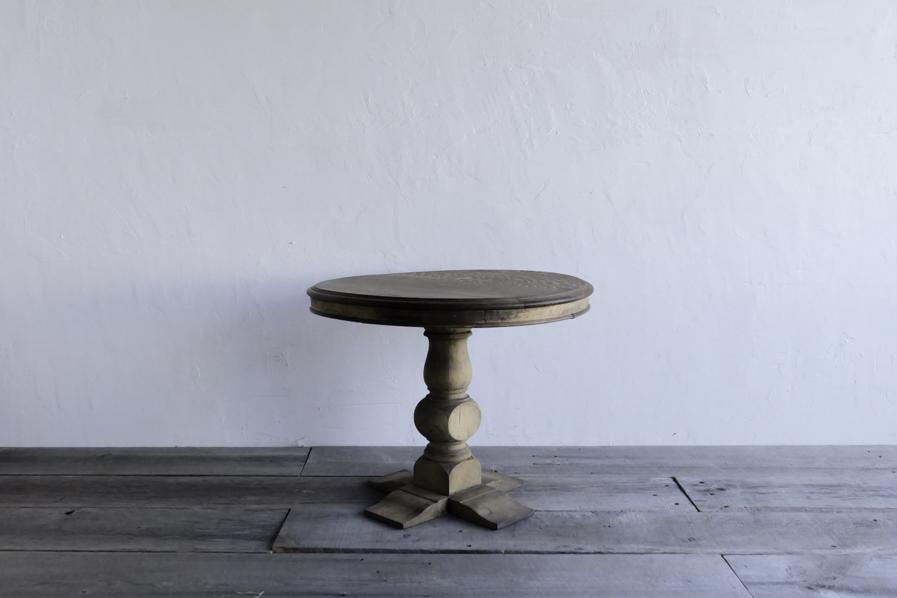 アンティークの小さいラウンドテーブル