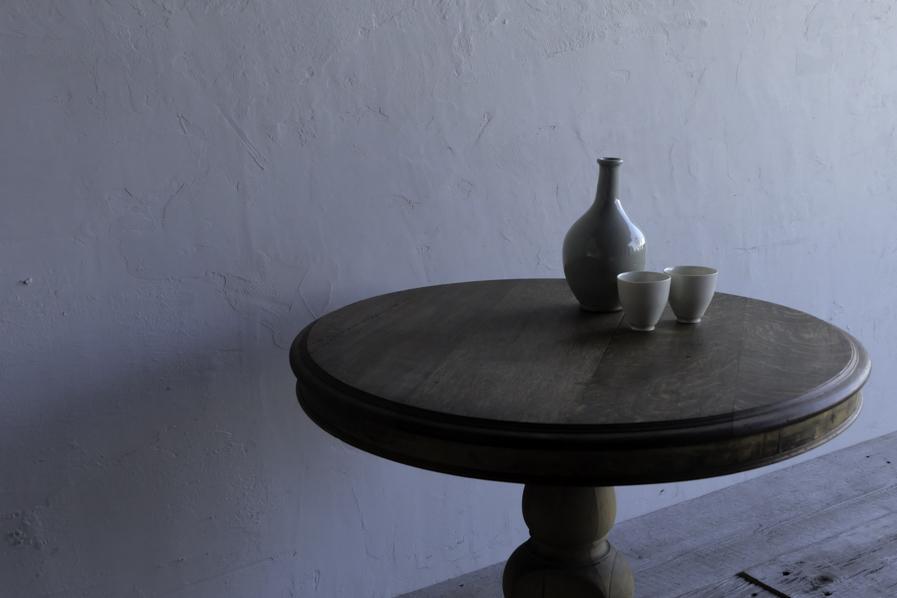 アンティークの二人用のラウンドテーブル