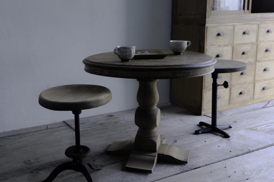 アンティークのカフェのラウンドテーブル