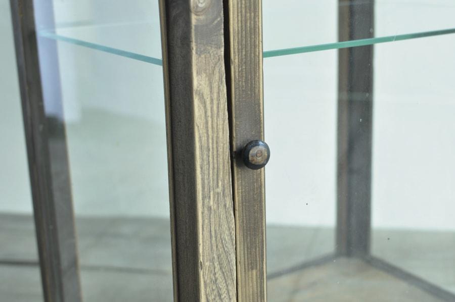 真鍮製の取手のアンティークガラスショーケース