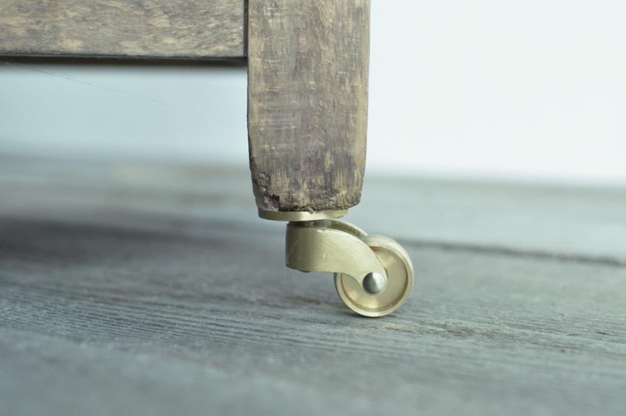真鍮製キャスターのアンティークなガラスショーケース