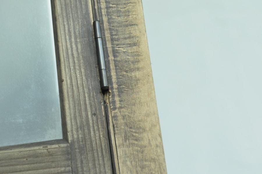 錆びついた金具のアンティークのガラスショーケース
