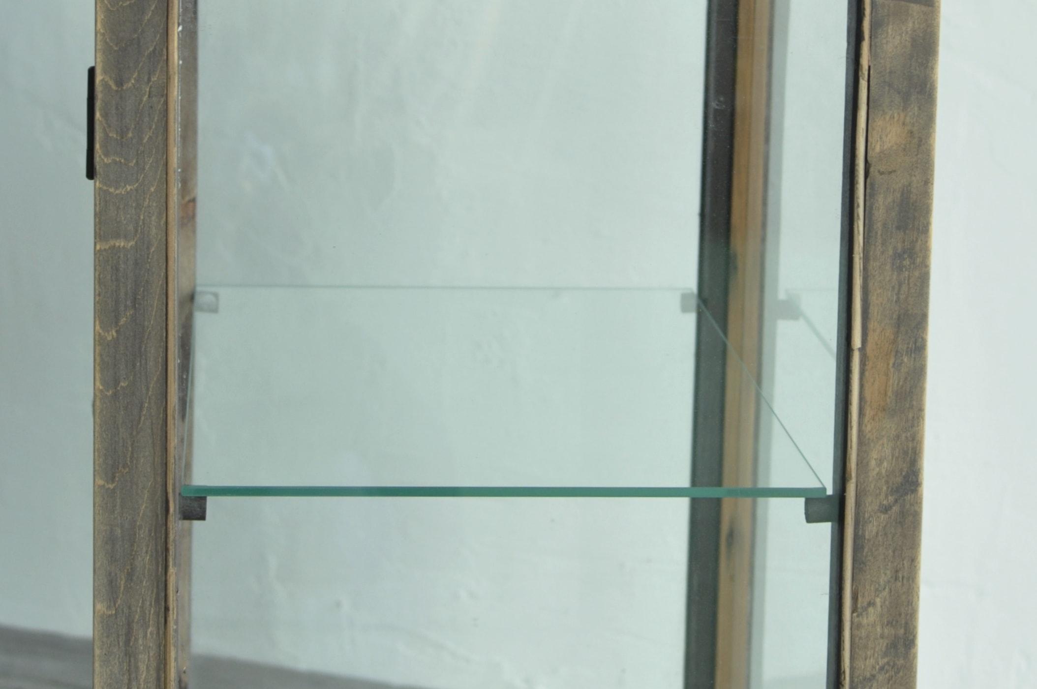 ガラス棚のアンティークなガラスショーケース