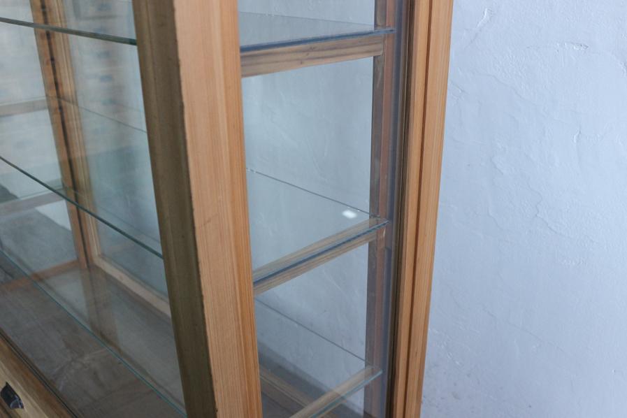 日本の古家具のガラスの収納のショーケース