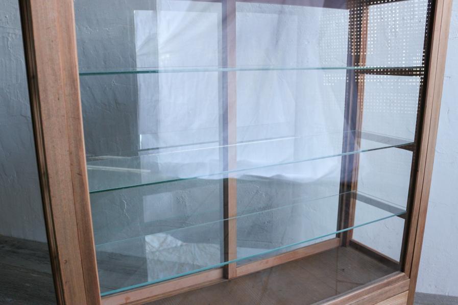 日本のアンティークのガラスの棚のあるショーケース