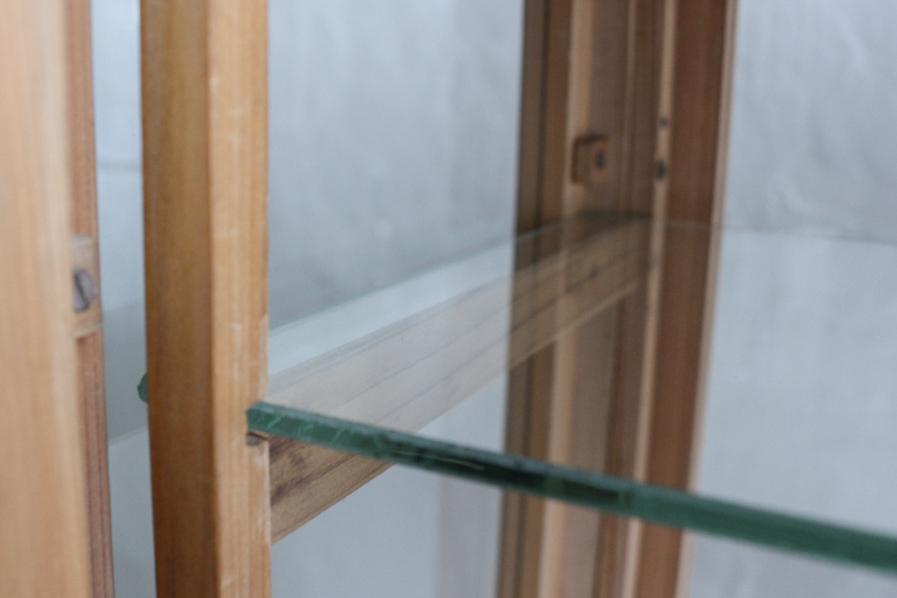 日本の古物のガラスのショーケース