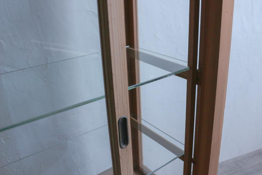 アンティークの和家具のガラスの引き戸があるショーケース
