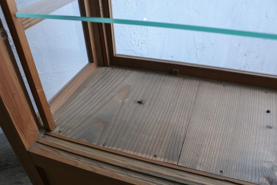 日本のアンティークの古いガラスのショーケース