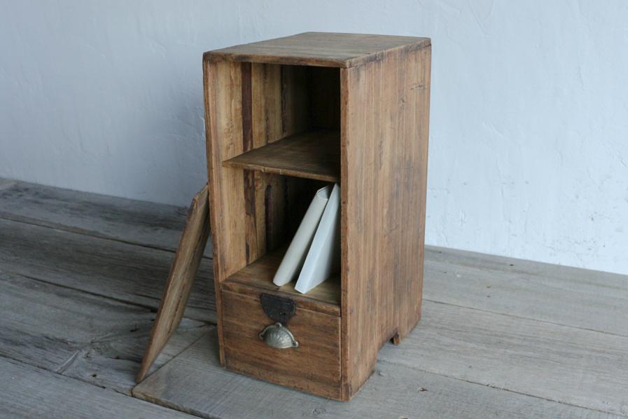 日本のアンティークの小さい収納の棚