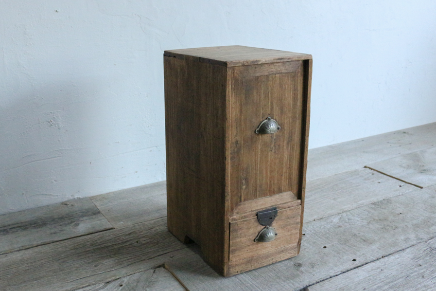 日本のアンティークの小さいシンプルな棚