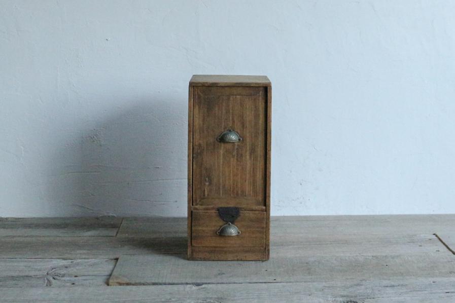 アンティークの小さい桐の収納棚