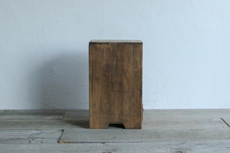 アンティークの持ち運びしやすい桐の棚