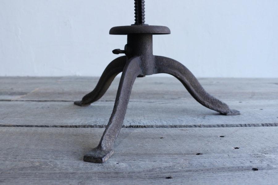 曲線の脚のアンティークのアイアンスツール