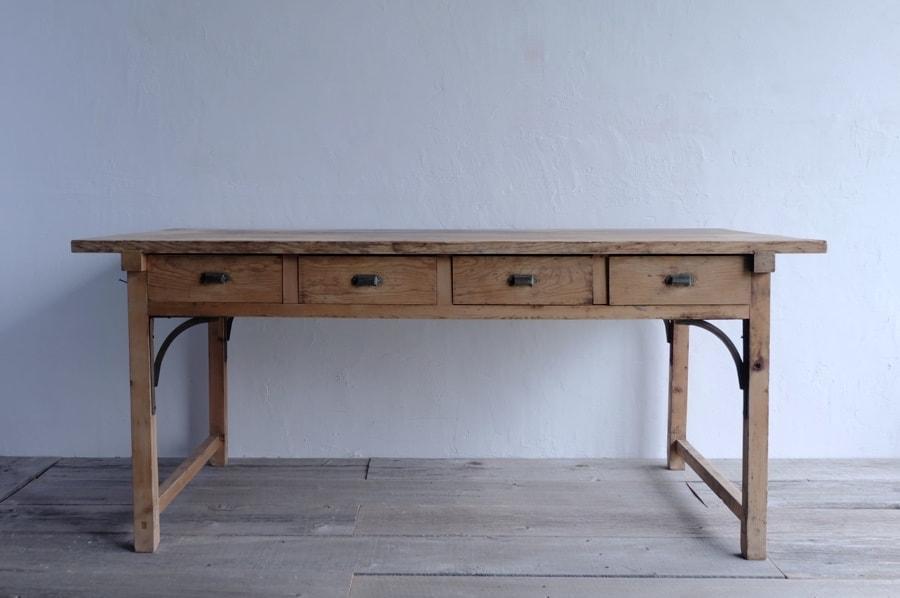 シンプルなアンティークのダイニングテーブル