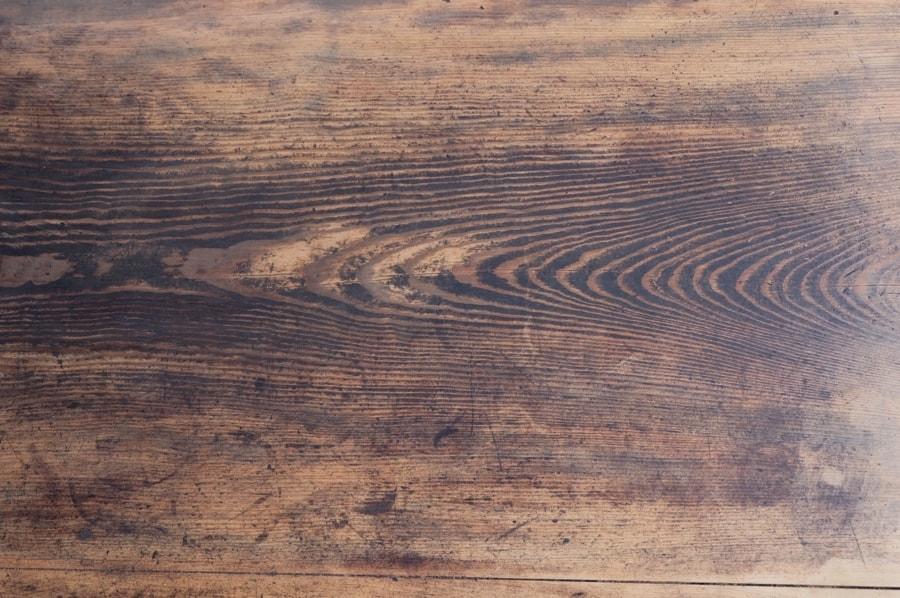 針葉樹の凹凸表面なアンティークダイニングテーブル