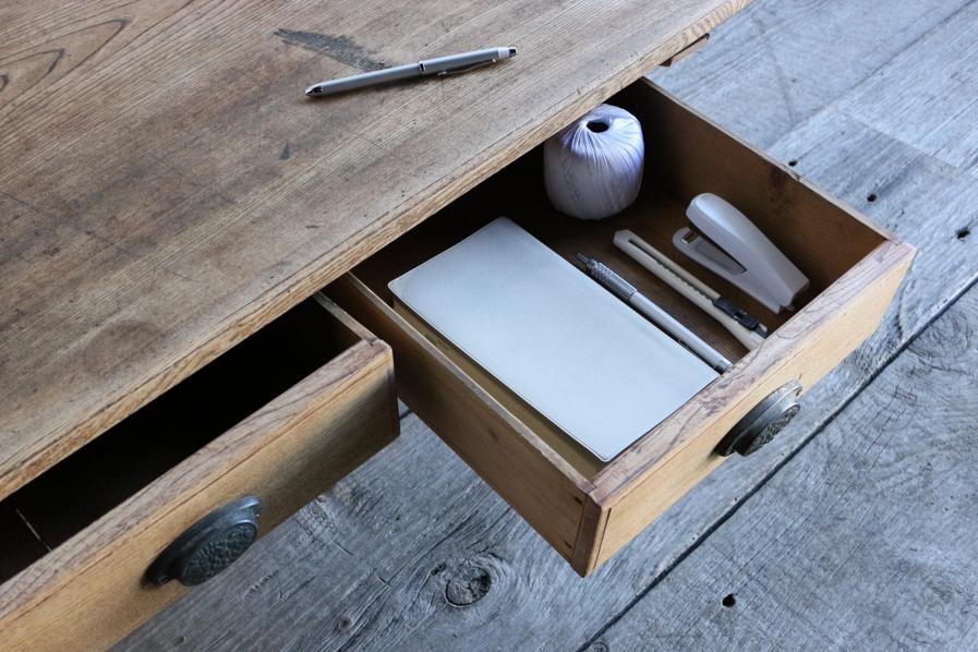 日本の古道具の引き出しのあるろくろ脚のコーヒーテーブル