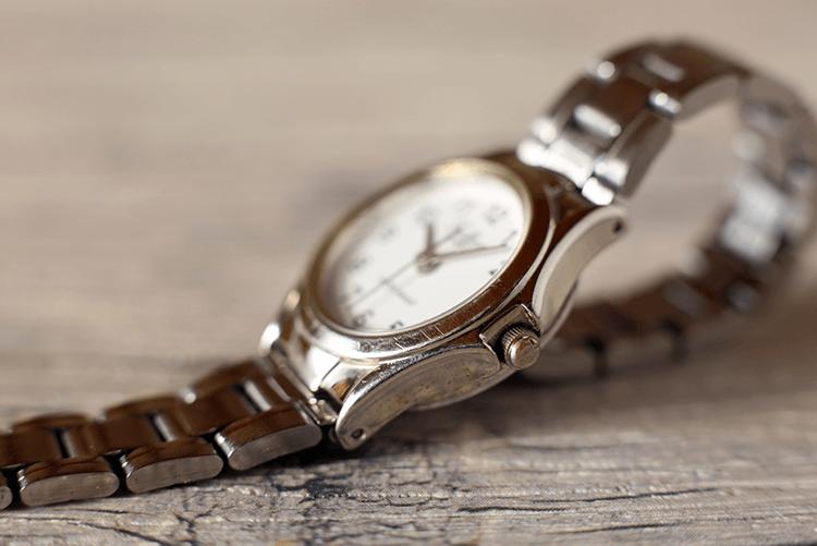 机の上に置かれた腕時計