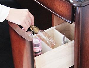 深さのあるサイド引き出しは、ボトルやスプレーの収納にオススメです。