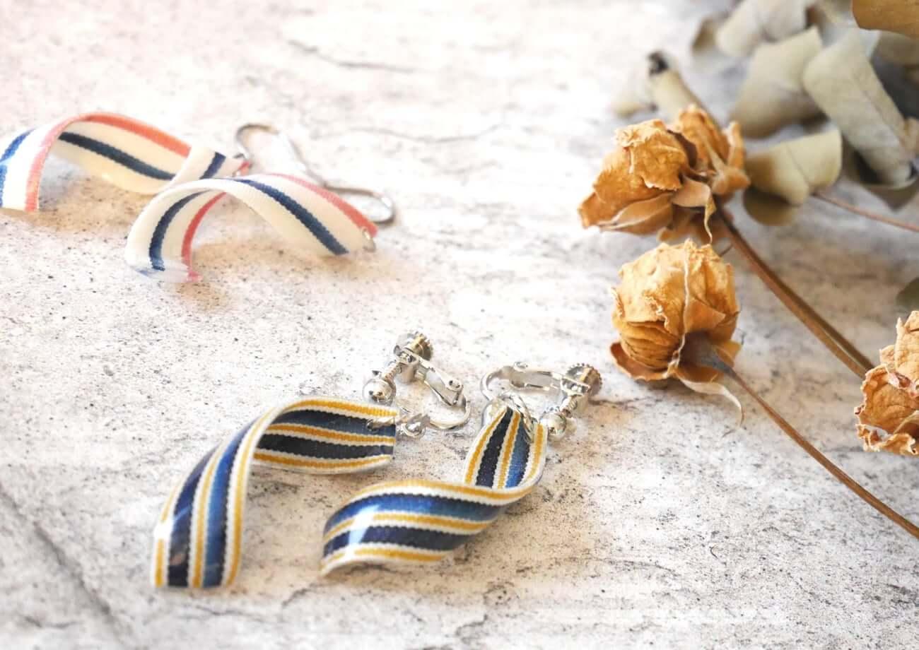 写真:縞コロンの小倉織の布を使ったイヤリング