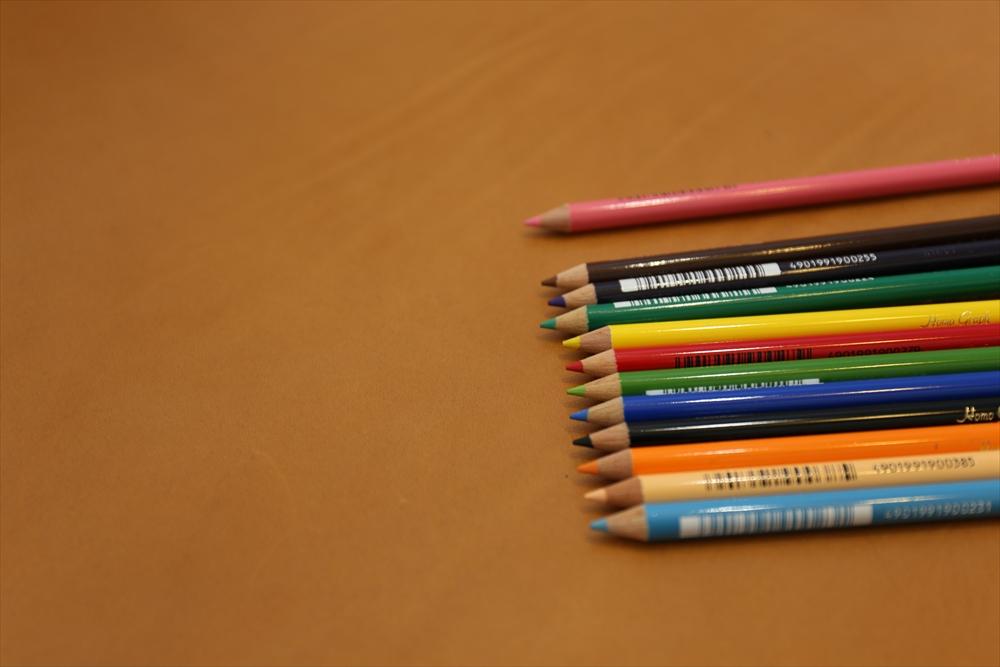 M001オイルレザー_キャメル_色鉛筆比較_4852_R.JPG|革販売の和乃革