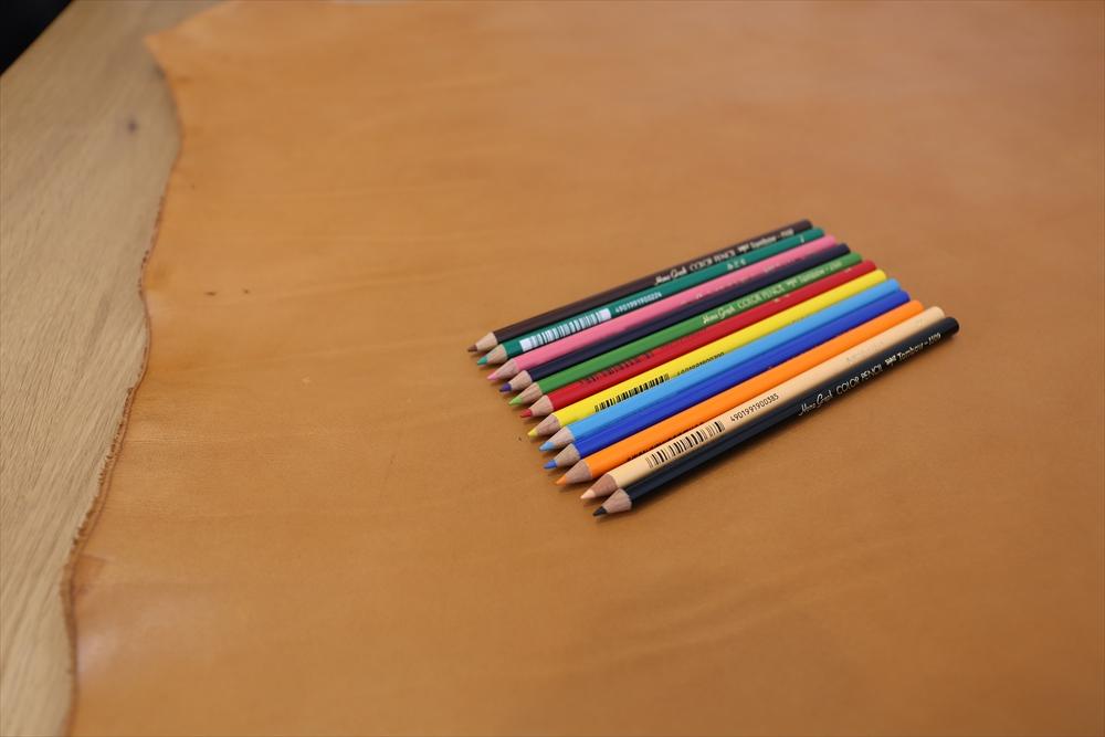 M001オイルレザー_キャメル_色鉛筆比較__4862_R.JPG|革販売の和乃革