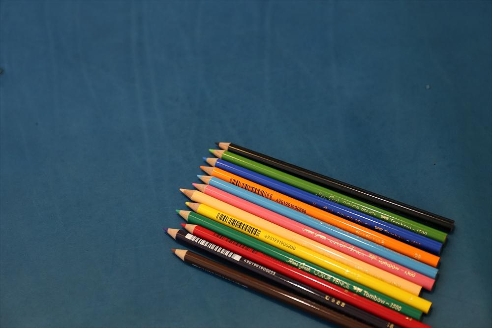 M002オイルレザー_青_色鉛筆比較_4950_R.JPG|革販売の和乃革