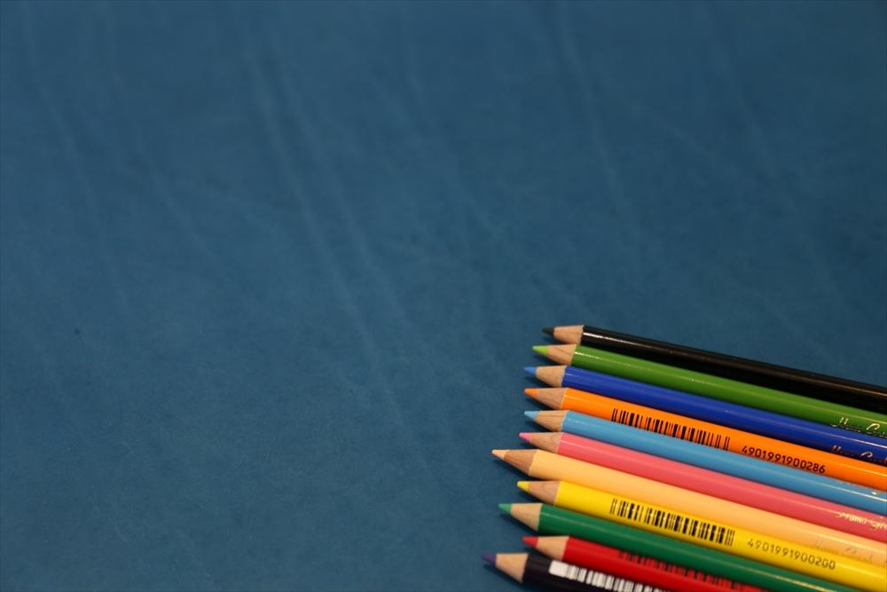 M002オイルレザー_青_色鉛筆比較_4952_R.JPG|革販売の和乃革