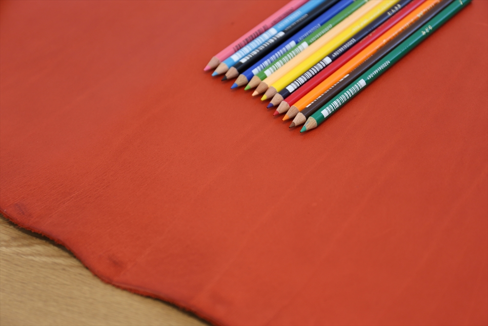 M003オイルレザー_赤_色鉛筆比較_5026_R.JPG|革販売の和乃革