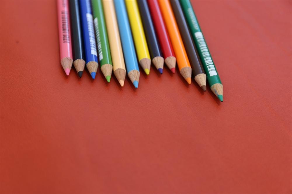 M003オイルレザー_赤_色鉛筆比較_5037_R.JPG|革販売の和乃革
