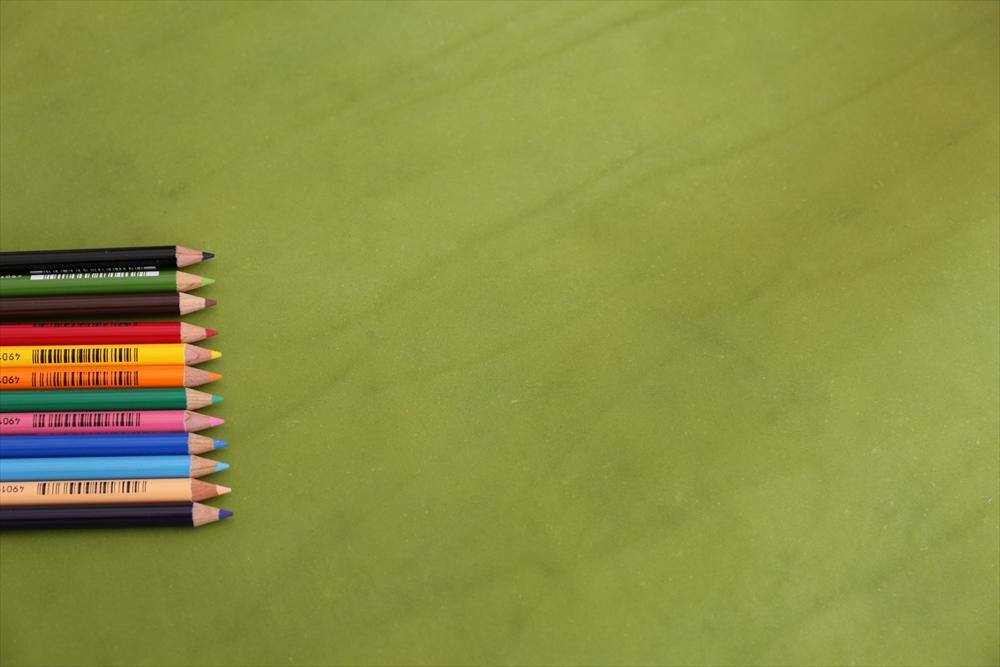 ピット層鞣しS005本ヌメ革_緑_色鉛筆比較4705_R.JPG|革販売の和乃革