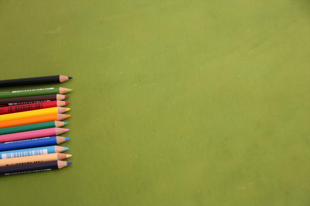 ピット層鞣しS005本ヌメ革_緑_色鉛筆比較4709_R.JPG 革販売の和乃革