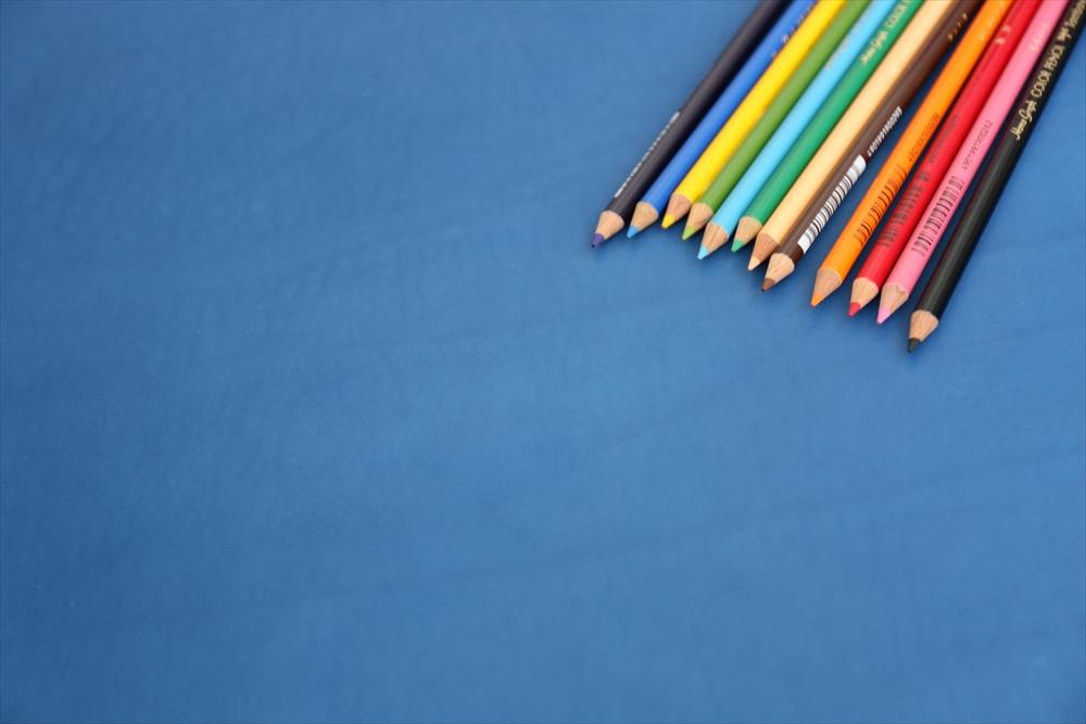 ピット層鞣しS006本ヌメ革_青_色鉛筆比較4782_R.JPG|革販売の和乃革