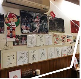 直ちゃんラーメンの店内いっぱいに飾られたサイン色紙